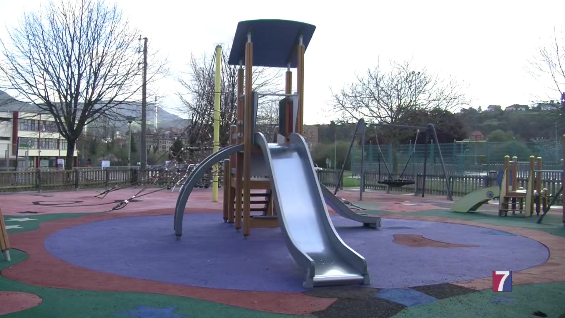 El deteriorado pavimento del parque de juegos de Autonomía, en Muskiz, será renovado